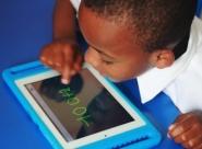 Un cartable moins lourd grâce à la tablette en Afrique