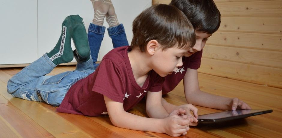 الشاشات ليست وسيلة للتخلص من شغب الأطفال