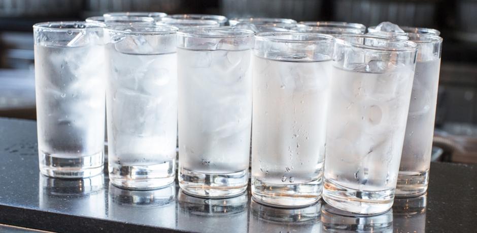 احذروا شرب الماء المثلج… لهذه الأسباب